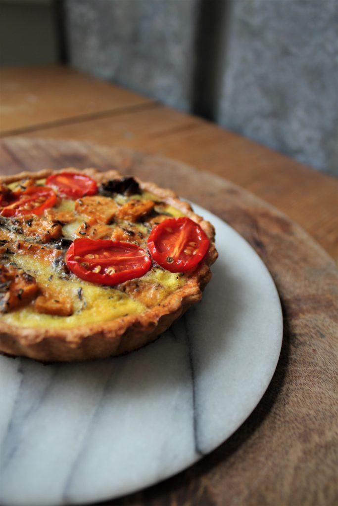 Opskrift | Tomattærte med søde kartofler | Hoffgaards