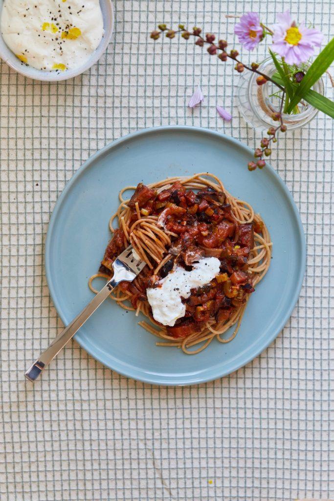 Møre auberginer i tomatsauce med spaghetti_Fotor
